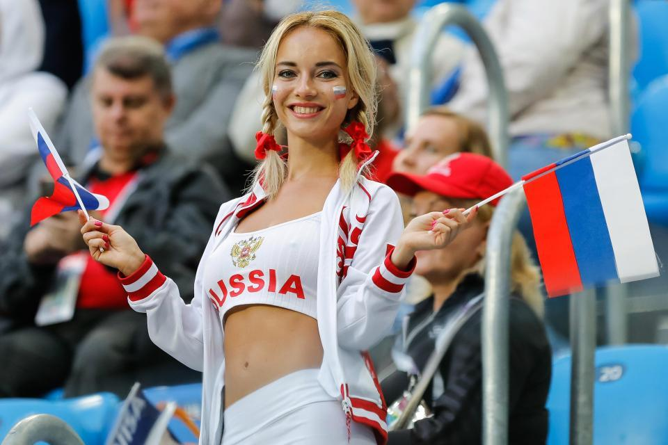 CĐV nữ sexy trở thành bùa may mắn của tuyển Nga