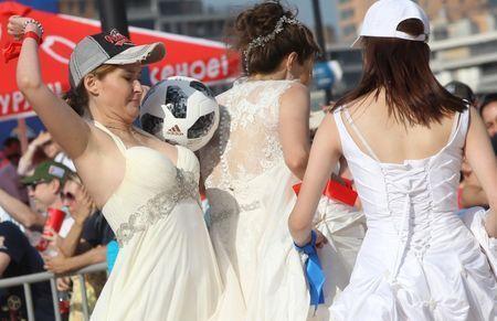Xem các cô dâu mặc váy cưới đá bóng tại World Cup
