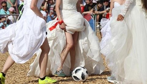 mặc váy cưới đá bóng