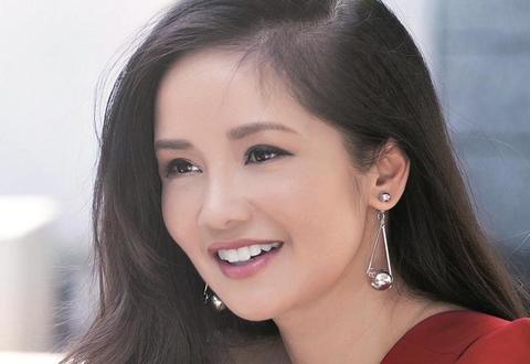 Ca sĩ Hồng Nhung ly hôn vói chồng Mỹ, Lan Khuê được cầu hôn