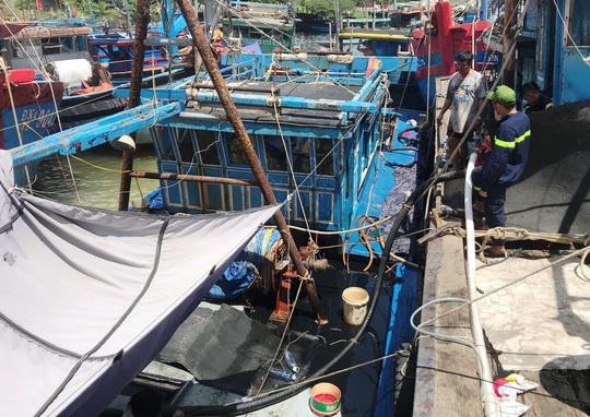 Đà Nẵng: Chìm tàu cá đang neo đậu, 4.000 lít dầu tràn ra sông