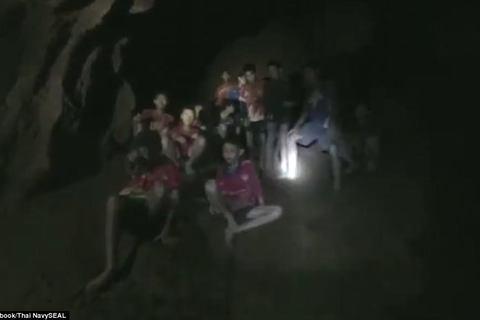 Khoảnh khắc tìm thấy đội bóng nhí Thái Lan còn sống