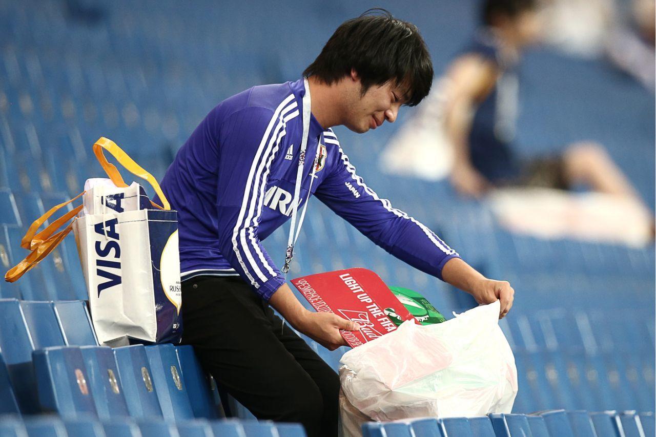 CĐV Nhật vừa khóc vừa nhặt sạch rác trên khán đài