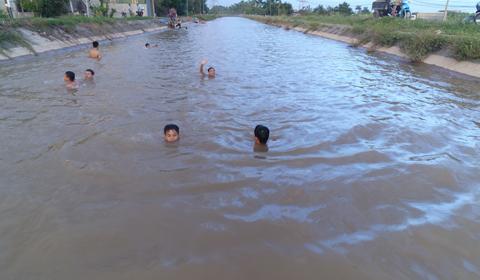Hà Nội: Thỏa sức 'vùng vẫy' ở bãi tắm miễn phí dài hàng km