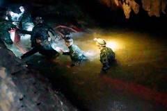 Nhật ký 9 ngày tìm kiếm đội bóng Thái mất tích
