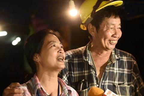 Cảnh người thân đón chờ cầu thủ nhí Thái Lan