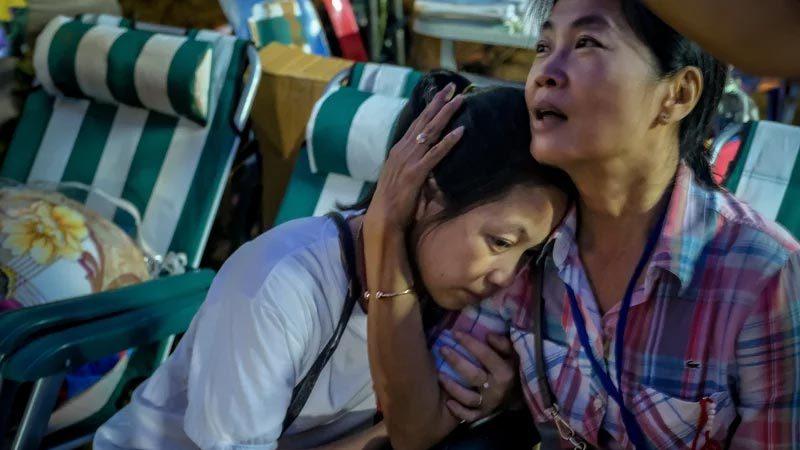Thân nhân đội bóng Thái Lan vỡ òa sung sướng nhận tin vui