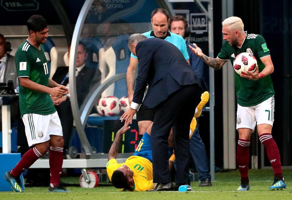 Maradona bức xúc: 'Bớt diễn trò lố đi, Neymar!'