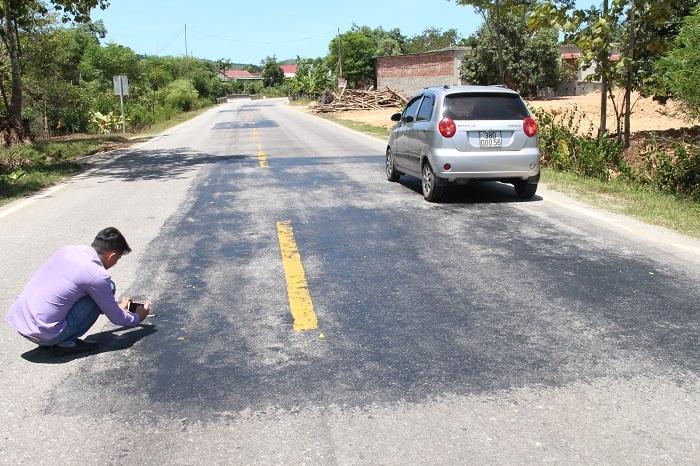 Nhựa đường chảy nhão trong nắng thiêu đốt ở Hà Tĩnh