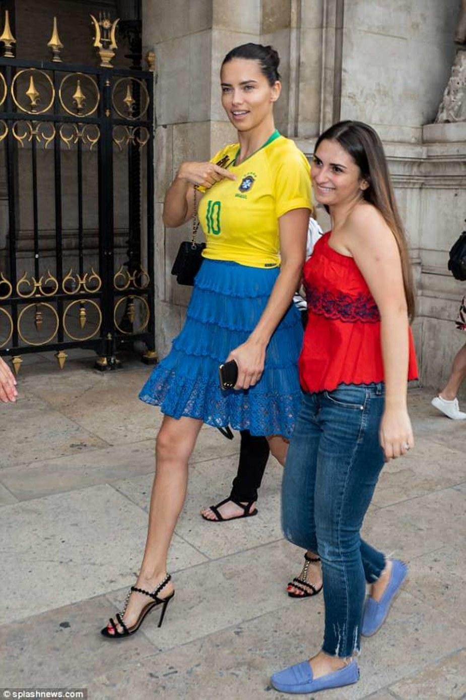 Thiên thần nội y mặc áo mang số của Neymar dự sự kiện thời trang