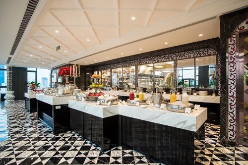 Đầu bếp Sao Michelin trình diễn trong khách sạn The Reverie Saigon