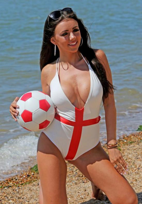 Nữ ca sĩ Anh diện bikini nóng bỏng cổ vũ đội nhà