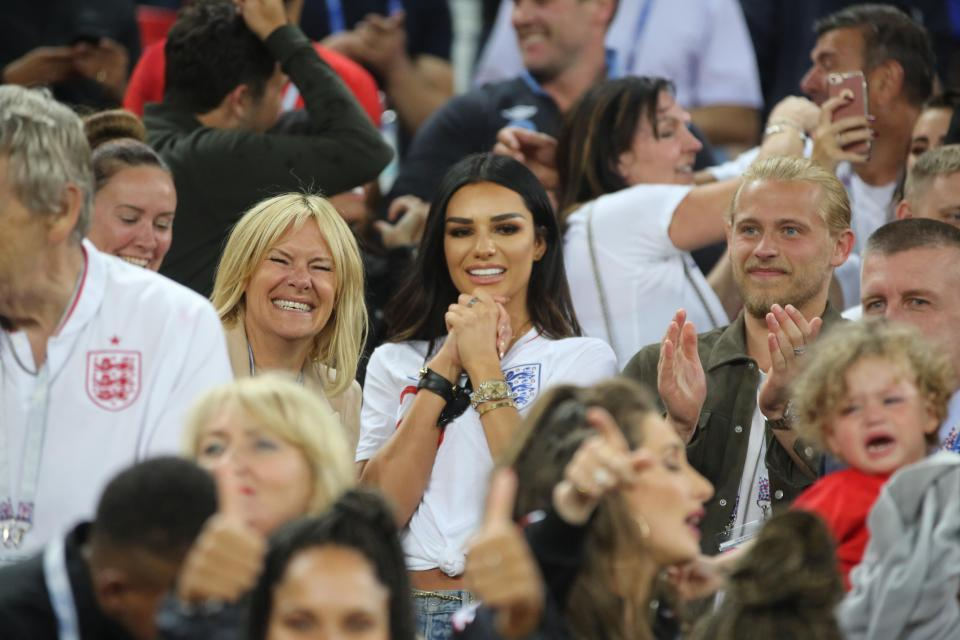 Cầu thủ Anh 'khóa môi' bồ xinh đại náo World Cup