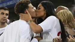 """Cầu thủ Anh """"khóa môi"""" bồ xinh đại náo World Cup"""
