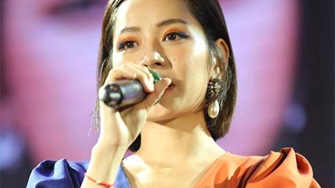 Chi Pu chiều fan hát cover Người Hãy Quên Em Đi của Mỹ Tâm