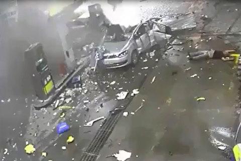Dùng điện thoại khi đổ xăng khiến ô tô nổ như bom?