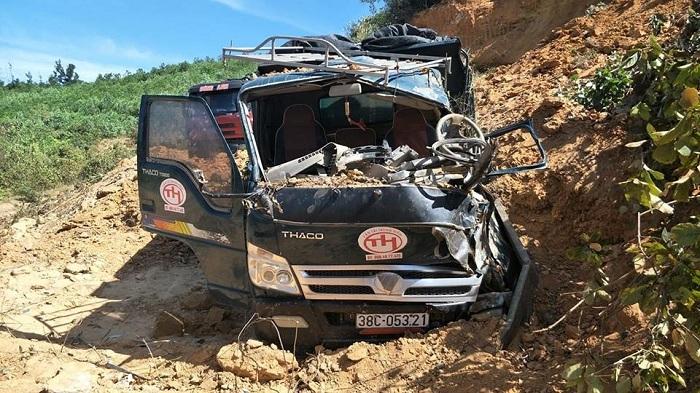 Sập mỏ chôn vùi hai xe tải, tài xế mắc kẹt trong cabin