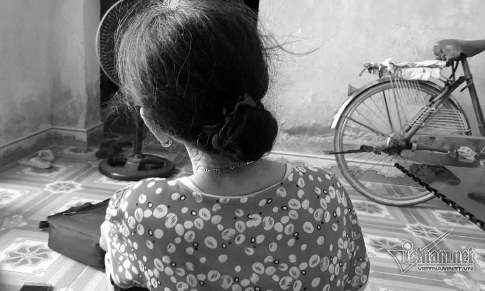 Tắm cho cháu gái 5 tuổi, bà ngoại chết sững thấy sưng vùng kín