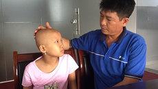 Cha nghèo rơi nước mắt chăm con ung thư