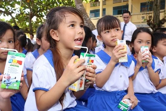 Vinamilk tặng 76.500 ly sữa cho trẻ em Vĩnh Long