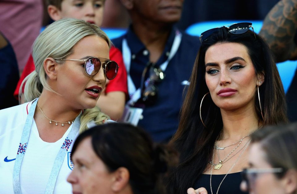 Bạn gái cầu thủ tuyển Anh có thân hình nóng bỏng dù là mẹ 3 con