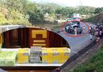 Cảnh sát chốt chặn, bắn thủng lốp xe bán tải chở 19 bánh heroin