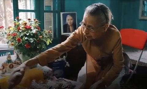 Gặp bà Vân 'xịn' trên phố Bà Triệu, 50 năm bán lạc rang húng lìu