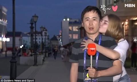 nam phóng viên Hàn bị hôn má