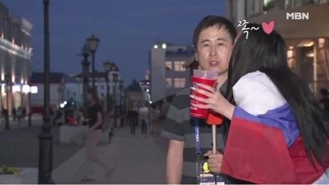 Đang đưa tin World Cup, nam nhà báo bị nữ cổ động viên hôn