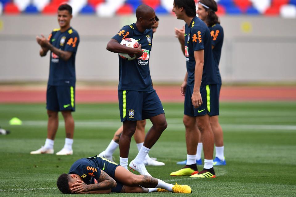 Neymar ăn vạ trên sân tập trước trận gặp Bỉ