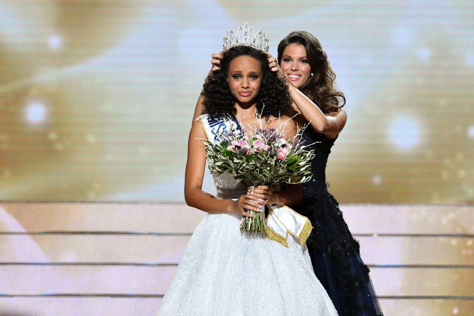 Hoa hậu Pháp xinh đẹp âm thầm cổ vũ Mbappe