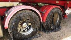 Nắng nóng khiến nhiều người Australia 'phát điên' vì nhựa đường cuốn chặt bánh xe