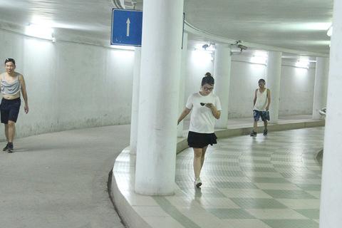 Bất ngờ nơi mát như điều hòa giữa Hà Nội, trăm người dân tha hồ chạy nhảy