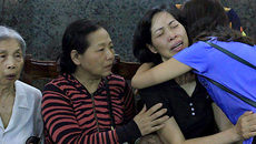Cái ôm đặc biệt của 2 bà mẹ hiến tặng giác mạc con gái