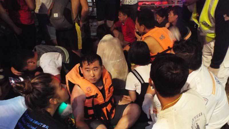 Lật tàu du lịch ở Thái Lan, vẫn còn 53 người mất tích