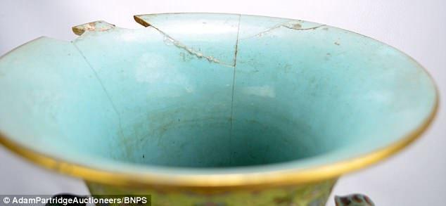 Chiếc bình gốm mẻ vứt ngoài cửa có giá hơn 3 tỷ đồng