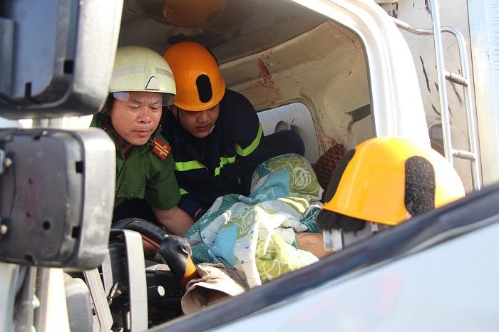 Dùng cắt thủy lực, phá cửa xe đưa thi thể tài xế bị kẹt ra ngoài