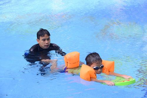 Dạy bơi miễn phí cho cư dân nhí Vinhomes