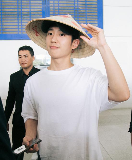 Jung Hae In đội nón lá, cười tươi với fan Việt ở sân bay