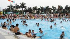 """Bể bơi """"nóng"""" ngày hè, nếu không muốn họa đừng bơi giờ này"""