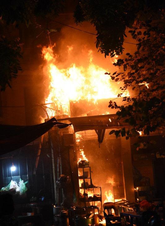 Quán bia trên phố HN cháy đùng đùng trước trận Uruguay - Pháp