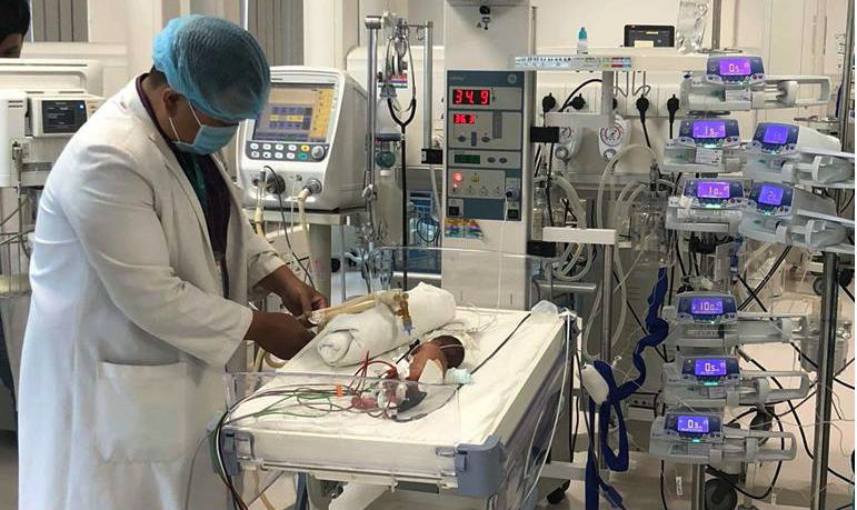 Mổ tại giường cứu sống bé sinh non chỉ to bằng nắm tay bác sĩ