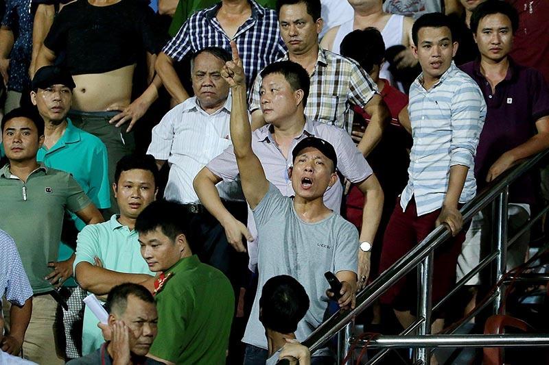 CĐV Nam Định hành hung trọng tài, đánh phóng viên trên sân Thiên Trường