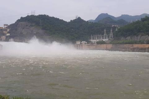 Mưa lớn diện rộng, nhiều thủy điện lớn xả cửa đáy