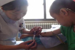 Cậu bé 7 tuổi bị suy thận, cha mẹ đừng chủ quan bỏ qua những dấu hiệu khó ngờ