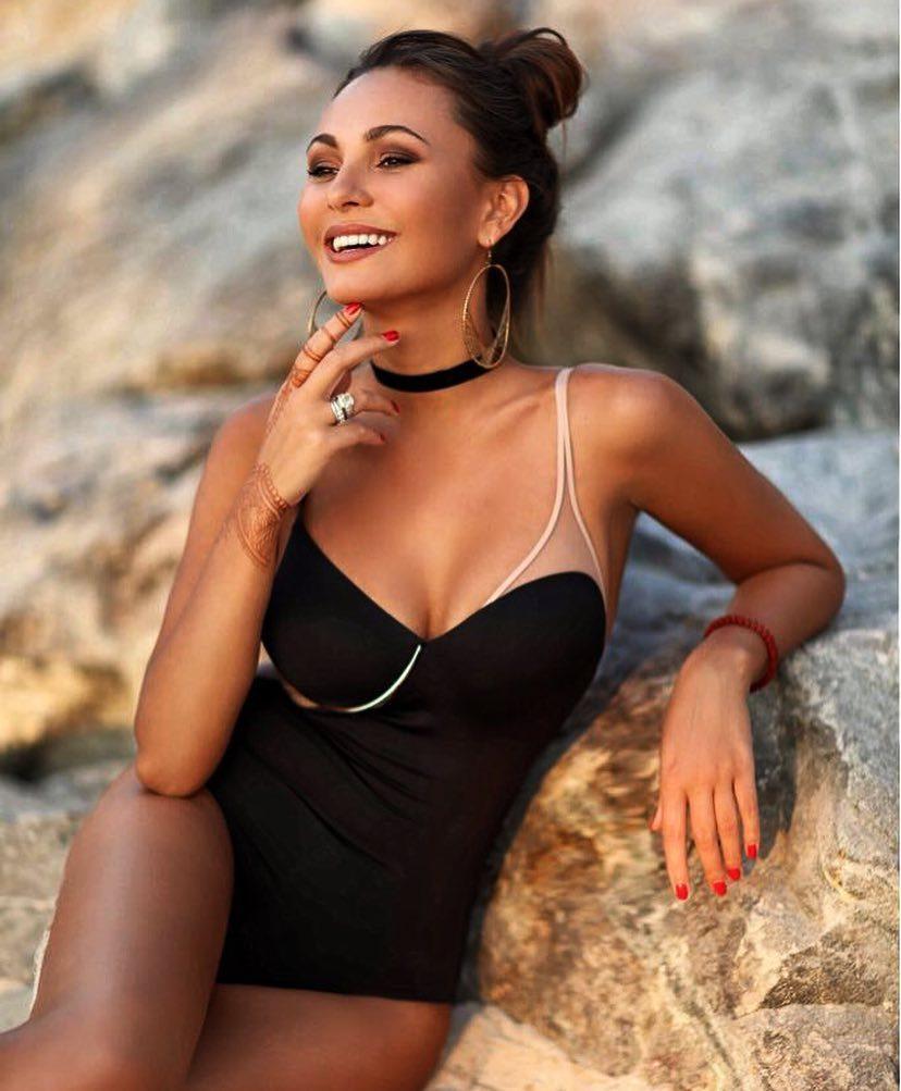 Cô vợ nóng bỏng ngọt ngào của hậu vệ Nga Yuri Zhirkova