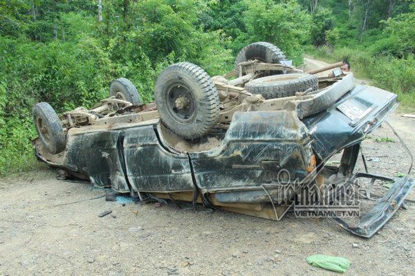Lật xe chở gỗ lậu, 2 người bị gỗ đè chết thảm
