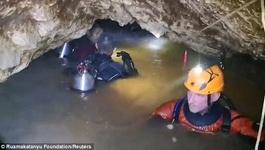 Nghẹt thở xem thợ lặn vào hang đội bóng Thái Lan mắc kẹt