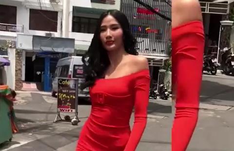 Hoàng Thùy biến hẻm nhỏ thành sân catwalk cuộc thi hoa hậu thế giới