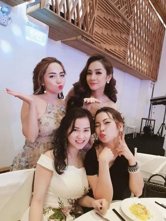 Minh Hằng xinh đẹp bên em dâu hot girl trong đám cưới của em ruột